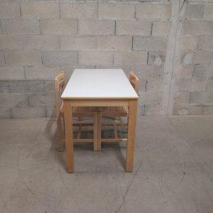 Table avec 2 chaises en bois